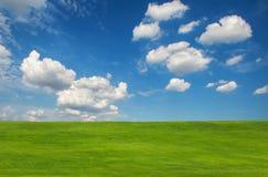 Monte verde no céu azul foto de stock