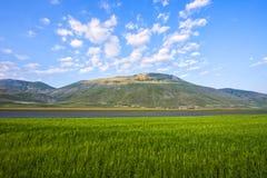 Monte Vettore e piano grandi al tramonto, giorno di estate con la s blu Fotografie Stock Libere da Diritti