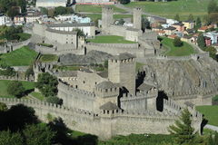Montebello和Castelgrande城堡在贝林佐纳 免版税库存图片