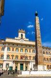 Ο οβελίσκος και το παλάτι Montecitorio στη Ρώμη Στοκ φωτογραφία με δικαίωμα ελεύθερης χρήσης