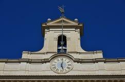 Montecitorio klocka och klockatorn i Rome Arkivfoto