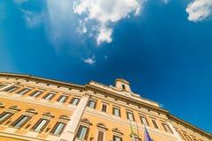 Montecitorio slott under en molnig himmel arkivbilder