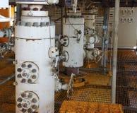 Monteert zeeolieraffinaderij Goed hoofdpost op het platform Royalty-vrije Stock Foto