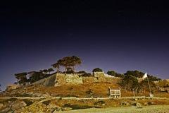Monteferro slott i Baiona på natten royaltyfri fotografi