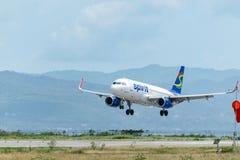 Montego Bay, ямайка - 6-ое июня 2015: Посадка самолета авиакомпаний духа на международном аэропорте Sangster в Montego Bay стоковые фото