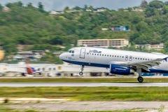 Montego Bay, Jamaïca - Juni 06 2015: JetBluevliegtuigen die van de Internationale Luchthaven MBJ van Sangster in Montego Bay opst stock afbeelding