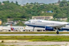 Montego Bay Jamaica - Juni 06 2015: JetBlue flygplan som tar av från Sangster den internationella flygplatsen MBJ i Montego Bay fotografering för bildbyråer