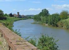 Montelupo Fiorentino, Τοσκάνη, Ιταλία, άποψη από την ακτή του ποταμού Arno στην πόλη στοκ φωτογραφίες με δικαίωμα ελεύθερης χρήσης