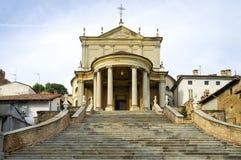 Montemagno (Asti): Die Gemeindekirche von San Martino und von Stefano Mutter mit zwei Töchtern Lizenzfreie Stockfotos