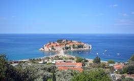 Montenegro, adriatisches Meer, Ansicht der Insel von St. Stefan, sonniger Sommertag Lizenzfreies Stockfoto