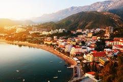 Montenegro bei Sonnenuntergang Vogelperspektive der Küstenstadt Rafailovici Lizenzfreies Stockbild