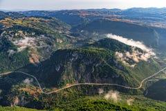 Montenegro bergvägar - antenn arkivfoto