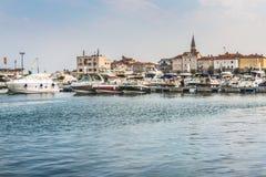 Montenegro, Budva - 20. August 2017: Jachthafen für die Segeljachten und Boote, welche die alte Stadt vor der Küste von Budva, Bu Stockbilder