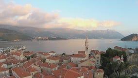 Montenegro, Budva, ciudad vieja, mar, opinión del helicóptero almacen de video