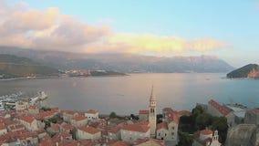 Montenegro, Budva, ciudad vieja, mar, opinión del helicóptero almacen de metraje de vídeo