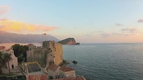 Montenegro, Budva, ciudad vieja, mar, opinión del helicóptero metrajes