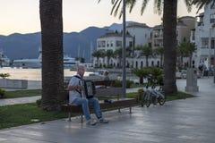 Montenegro, Budva, el 13 de agosto de 2017, hombre que juega el acordeón en la calle, editorial Imagen de archivo libre de regalías
