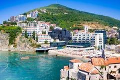 MONTENEGRO, BUDVA - 12 JULI, 2015: Toeristen op beroemd Mogren-strand dichtbij Budva in Montenegro Het zandige strand wordt weg g Stock Afbeelding
