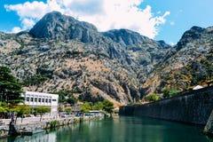 Montenegro, ciudad vieja de Kotor Opinión paredes, el río de Skurda y Riva Bastion septentrionales Fotografía de archivo libre de regalías