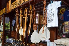 montenegro 18 de septiembre de 2017 Tienda con los instrumentos musicales populares - gusle Stringed ató el instrumento con la im foto de archivo