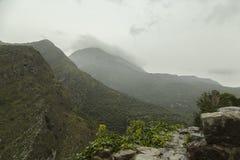 Montenegro de stad van Oude Bar Wolk op de bovenkanten van de bergen wordt gezeten die Stock Fotografie