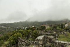 Montenegro de stad van Oude Bar Wolk op de bovenkanten van de bergen wordt gezeten die Stock Foto's
