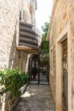 Montenegro: den mest smala gatan i den gamla Budvaen Royaltyfri Foto