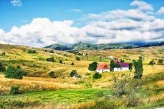 Montenegro, die Straße überschreitet durch den Nationalpark Durmitor Bauernhäuser sind in den Bergen hoch Sommer-Montenegriner-La Stockbild