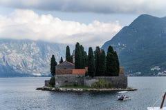 Montenegro. Eilandje van Heilige George bij de Baai van Kotor stock afbeelding
