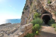 Montenegro En ingång till tunnelen på kusten av Adriatiskt havet Arkivfoto