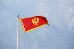 Montenegro flaga w Kotor cytadeli, Montenegro zdjęcie stock