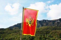 Montenegro flagga i en framdel av berg Arkivbild