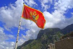 Montenegro-Flagge über Bergfestung Lizenzfreie Stockbilder