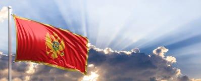Montenegro-Flagge auf blauem Himmel Abbildung 3D Stockfotografie