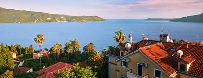 montenegro Herceg Novi - algemene mening van de vesting van Kanli Kula De stad bij de ingang aan mooie Baai die wordt gevestigd v royalty-vrije stock afbeelding