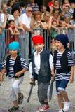 Montenegro Herceg Novi - 6 06 2015: Barn från dagiset Bijela piratkopierar dräkter Arkivfoto