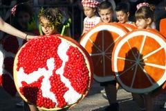 Montenegro Herceg Novi - 04/06/2016: Barn i dräktfrukt: granatäpplen och apelsiner Royaltyfri Foto