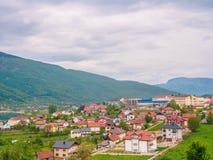 Montenegro, Herceg Novi Betegelde daken van oude stad bij achtergrond van het Adriatische Overzees, bergen, cruisevoering stock foto