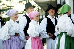 Montenegro, Herceg Novi - 28/05/2016: Chłopiec i dziewczyny w ludowych kostiumach od ludu grupują Iskraemeco Obrazy Stock