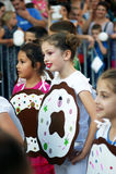 Montenegro, Herceg Novi - 04/06/2016: Cirls w galanteryjnej sukni donuts Obrazy Stock