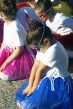 Montenegro Herceg Novi - 04/06/2016: Dansflickor i karnevaldräkter Arkivfoton