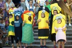 Montenegro, Herceg Novi - 04/06/2016: De kinderen kleedden zich als beeldverhaalkarakters - minions Stock Afbeelding