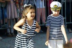 Montenegro Herceg Novi - 04/06/2016: Flicka och pojke i karnevaldräktsjömän Royaltyfri Bild