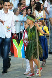 Montenegro Herceg Novi - 04/06/2016: Pojke i afrikansk dräkt Arkivfoto