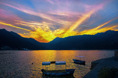 Montenegro, Kotor-Bucht, Sonnenuntergang in den Bergen, Kirche, Frühherbst Lizenzfreie Stockfotografie