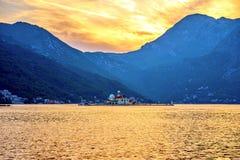 Montenegro Kotor fjärd, kyrka, solnedgång i bergen royaltyfria bilder