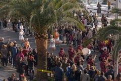 Montenegro, Kotor - 15:35 2019-03-03: Gemeentelijk Orkest Majorettes het dansen Traditioneel Carnaval voor vele laat binnen gehou royalty-vrije stock foto