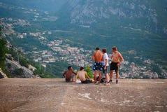 Montenegro, Kotor - 26 Juli, 2015: De jongeren rust op het dak royalty-vrije stock afbeeldingen