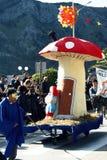 Montenegro, Kotor - 03/13/2016: Karnawałowa postać grzyb i Smurfs Zdjęcia Royalty Free