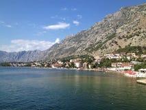 Montenegro kust dichtbij Sutomore met heuvels op de achtergrond royalty-vrije stock foto's